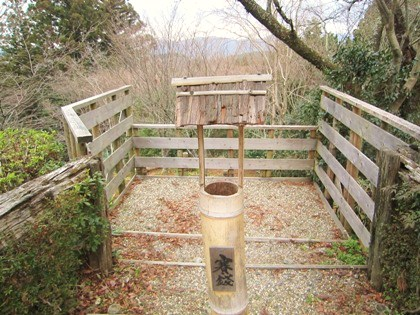北闕門の賽銭箱