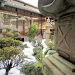 灯籠と中庭の雪景色