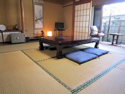 客室と梅の掛軸