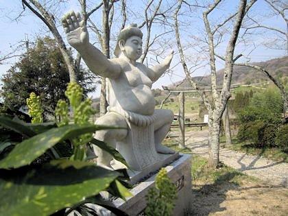 相撲神社の力士像と鳥居