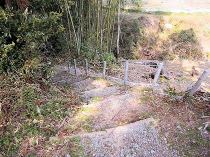 鎌足産湯の井戸への階段