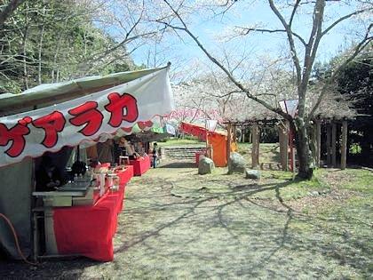 石上神宮の桜と露店