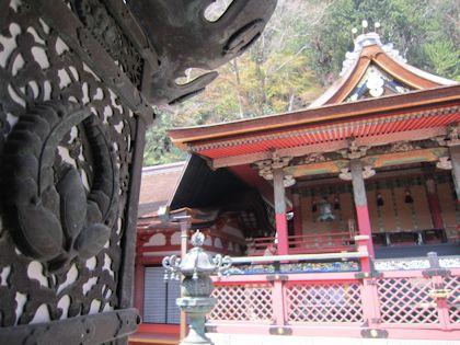 談山神社本殿と吊り灯籠