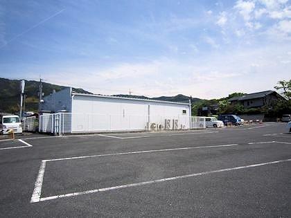 黒塚古墳展示館駐車場とコンビニエンスストア
