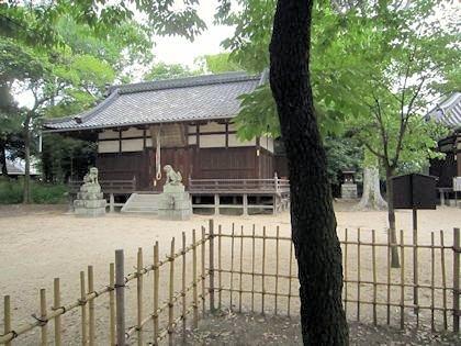 筆柿と柿本神社拝殿