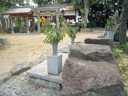 分水石と角刺神社鳥居