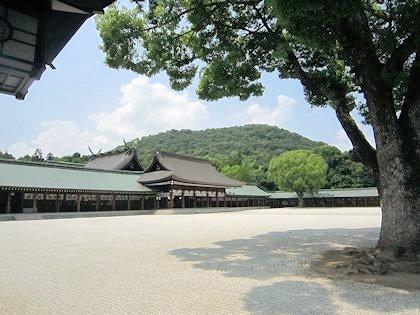 橿原神宮内拝殿と畝傍山