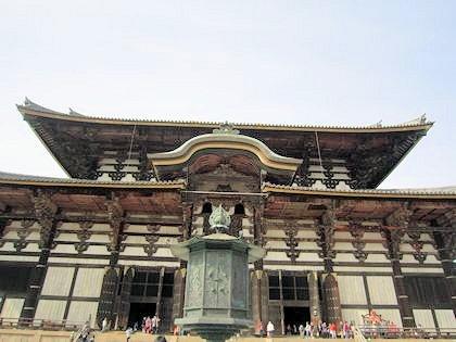 東大寺大仏殿と燈籠