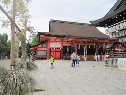 八坂神社本殿と茅の輪