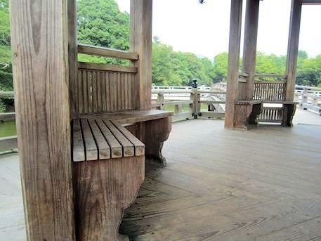浮見堂の椅子