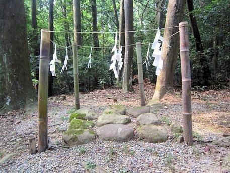 春日明神遥拝所の居石