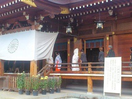 祈祷殿を通る花嫁