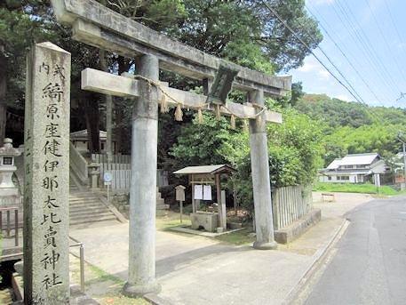 綺原神社鳥居と社号標