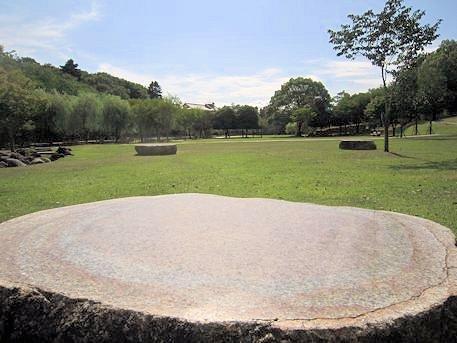 荒池園地の石椅子