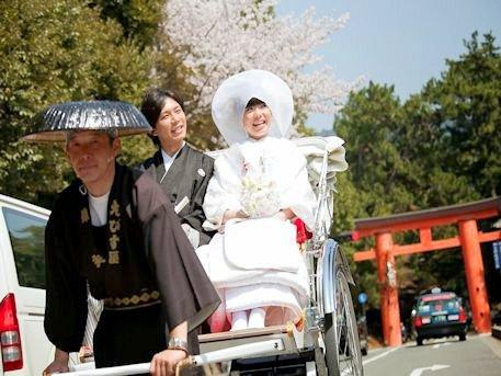 結婚式の人力車