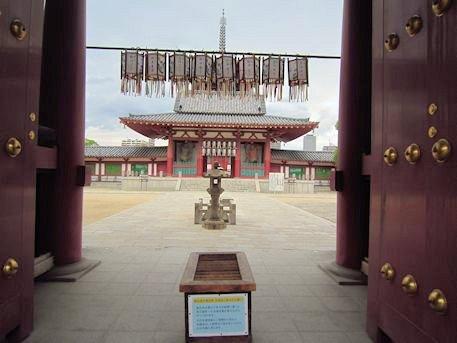 四天王寺南大門から見る熊野権現礼拝石