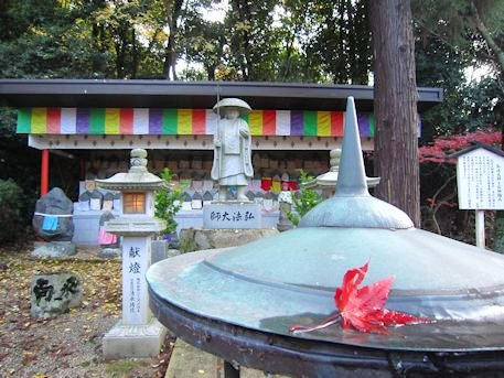 弘法大師像と落ち葉
