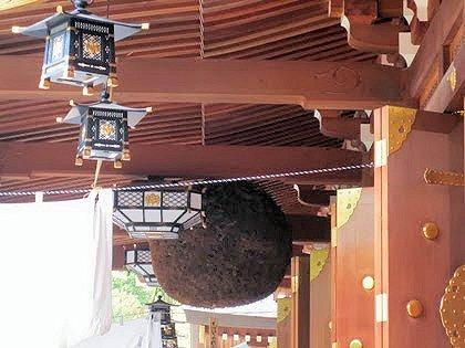 大神神社祈祷殿の杉玉