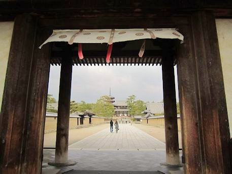 法隆寺南大門から望む中門