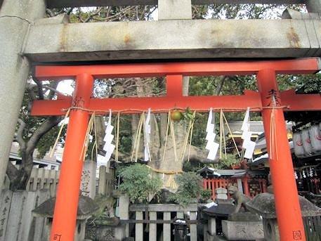 満足稲荷神社の朱色鳥居