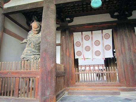 法隆寺中門の金剛力士像