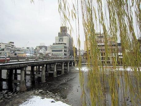 三条大橋と柳の木