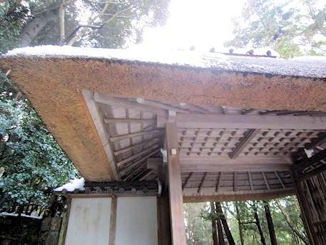 法然院山門の茅葺屋根