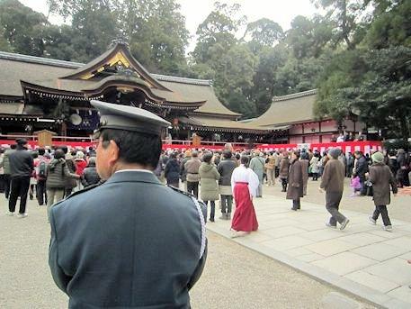 大神神社拝殿前のガードマン