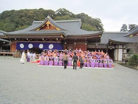 大神神社祈祷殿前の記念撮影