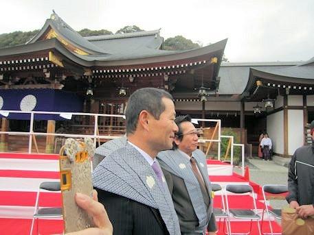 大神神社祈祷殿前の桑田真澄