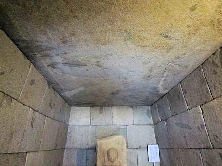 文殊院西古墳の天井石