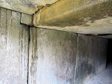 文殊院西古墳羨道の小さな石