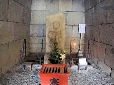 文殊院西古墳の願掛け不動