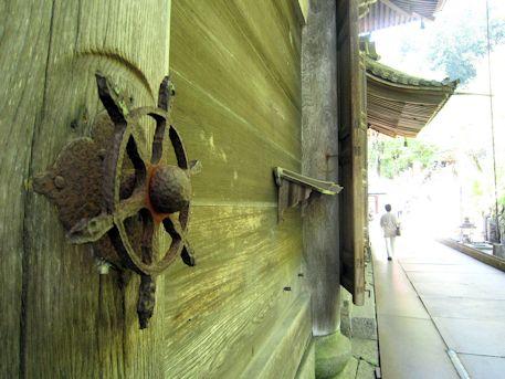 長谷寺本堂の裏