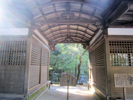 割拝殿の馬道