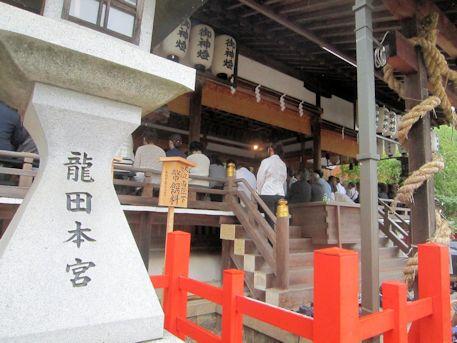 龍田本宮の石灯籠