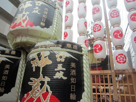 鯉山の酒樽