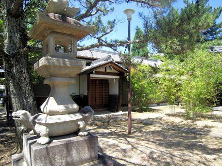 三島神社亀燈籠と社務所