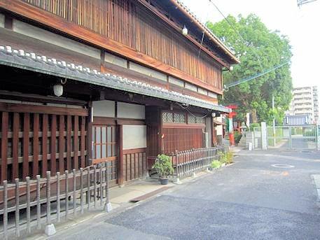 源九郎稲荷神社前の町家