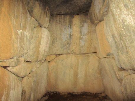 谷首古墳の奥壁