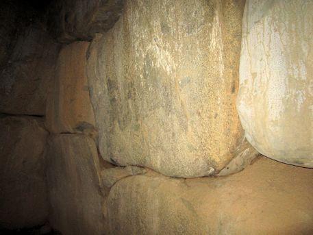 谷首古墳の側壁