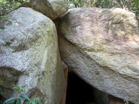 谷首古墳の天井石
