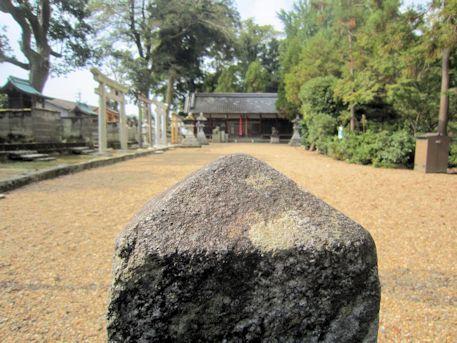 百済寺百度石と春日若宮神社拝殿
