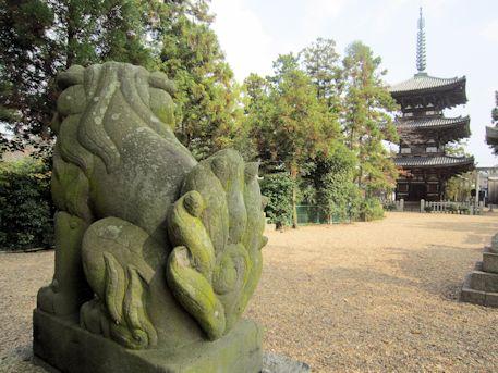 狛犬と百済寺三重塔