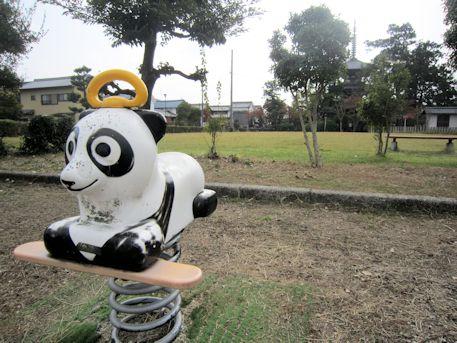 百済寺公園遊具と三重塔
