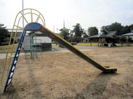 百済寺公園と百済寺三重塔