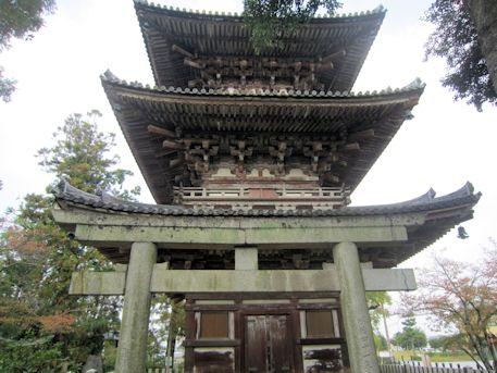 百済寺三重塔と鳥居