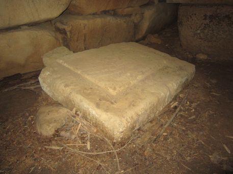 組合せ式石棺の底石