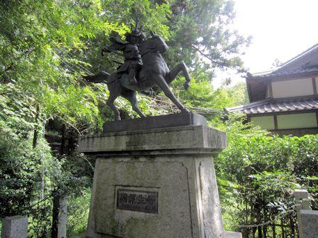 七生報国の像