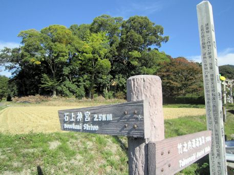 夜都伎神社前の道標